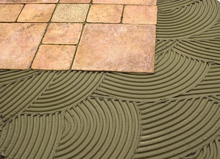 Изображение процесса кладки плитки